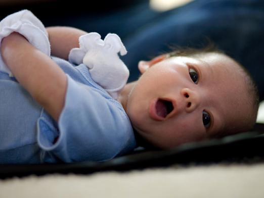 Почему новорожденный ребёнок икает после еды
