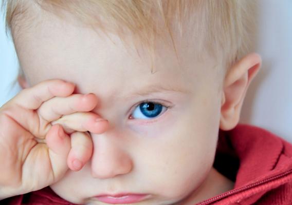 Ребенок глазки трет